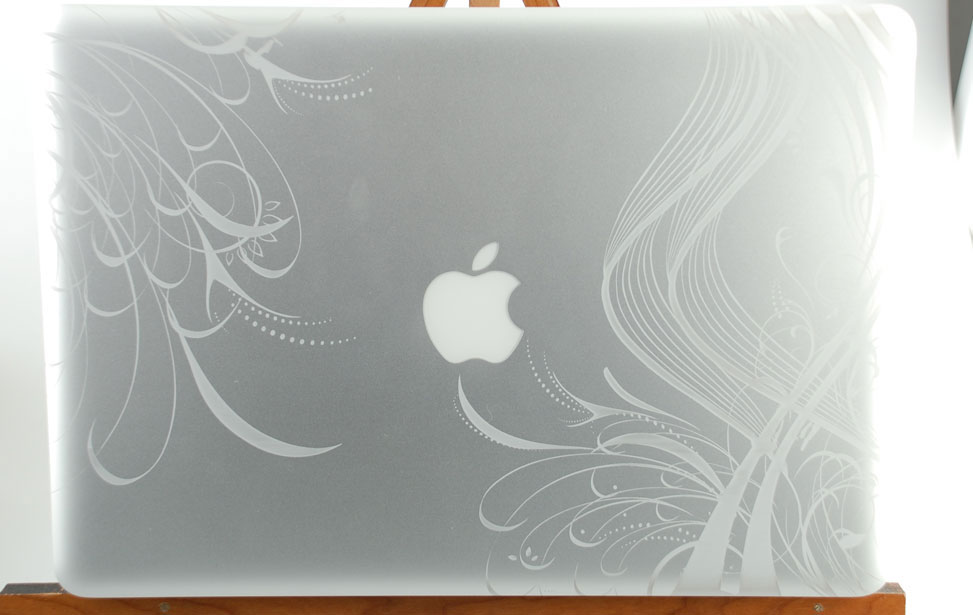 Macbook Pro grabada con diseño espiral alrededor del logotipo de Apple